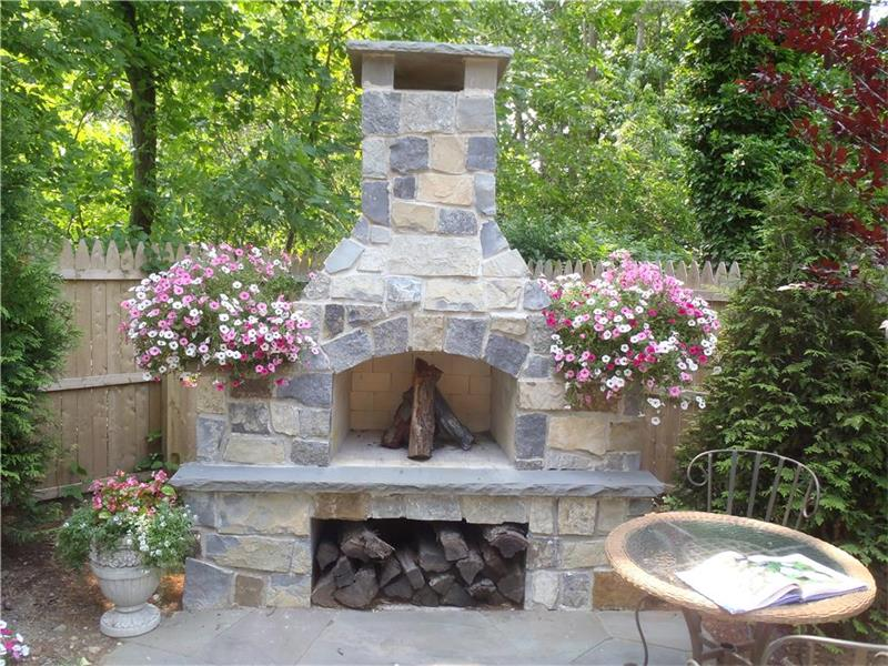 Outdoor Fireplace & Fire Pit